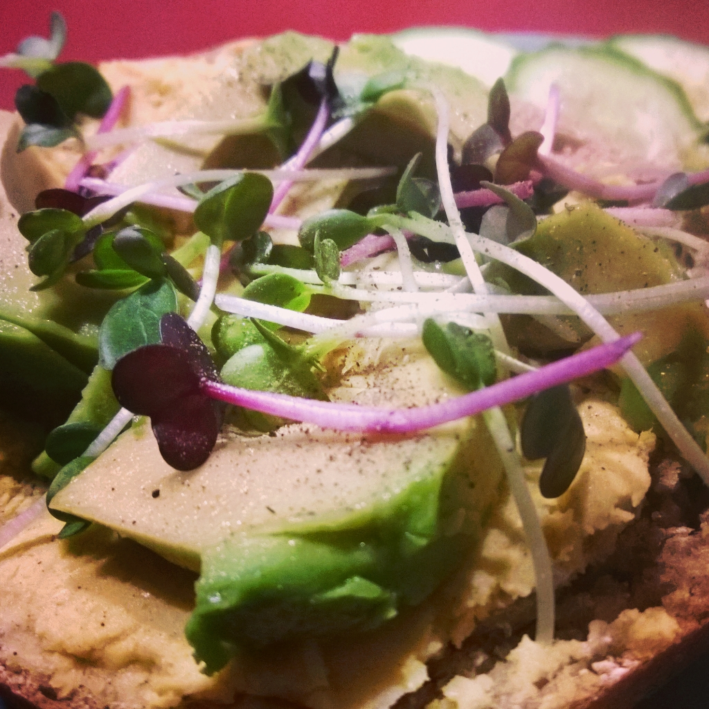 Vegan Avocado Hummus Kresse-Brot